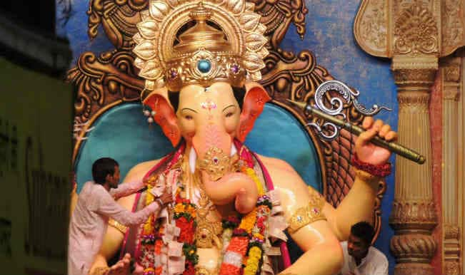 Lalbaugcha Raja Ganpati Visarjan 2014 Live Streaming: Journey of Ganesh idol from Dadar to Girgaon Chowpatty Live Video