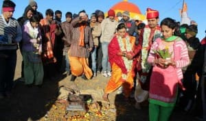 Adventurous Mumbai couple marries atop Maharashtra's tallest peak Mt. Kalsubai