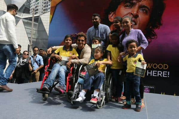 Hrithik with kids at IIFA Awards 2015