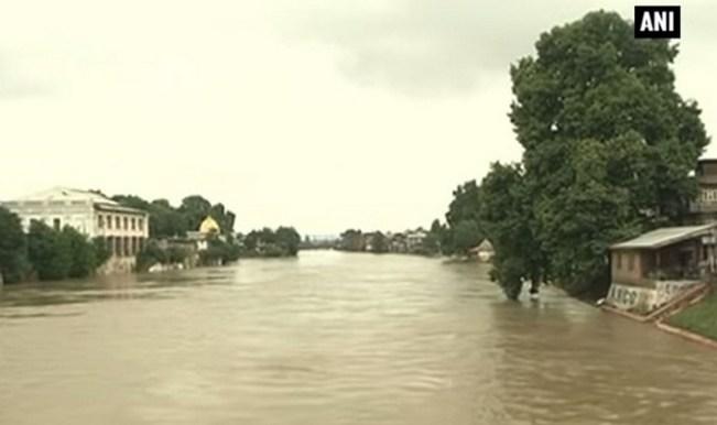 Flood alert in Kashmir: Jhelum river crosses danger mark (Video)