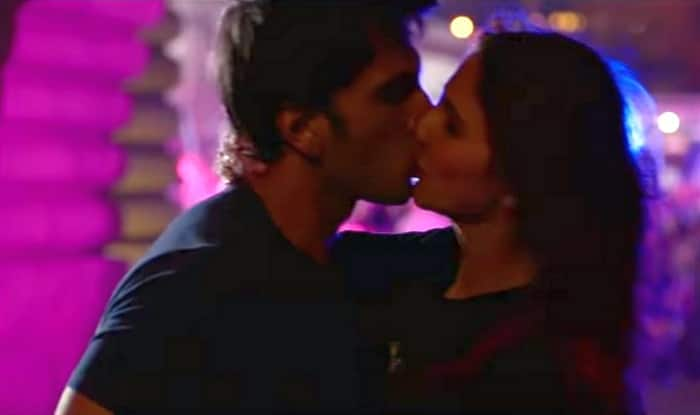Befikre song Nashe Si Chadh Gayi 1 Ranveer Vaani kiss 2