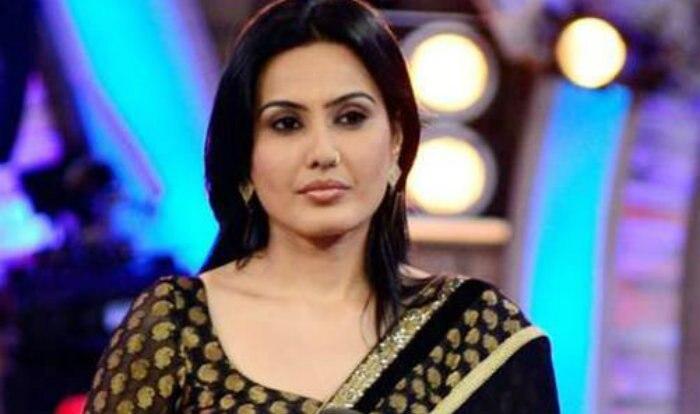 Ex-Bigg Boss Contestant Kamya Punjabi Looks Smoking Hot in Blue Bikini While she Takes a dip In Swimming Pool