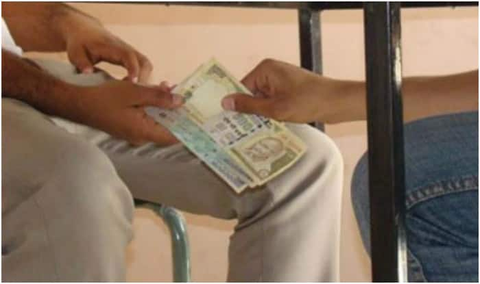Caught accepting Rs 300 bribe, woman constable tries to swallow money