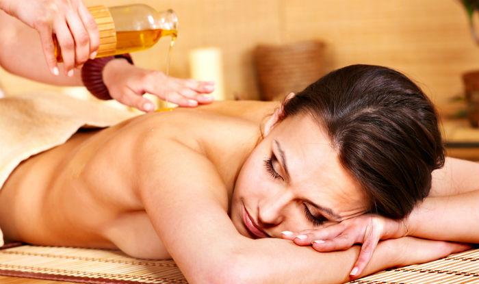 Massage body bằng dầu nóng