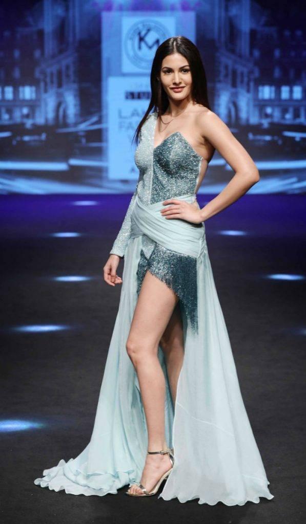 Showstopper Amyra Dastur for Karn Malhotra at LFW SR 17 (1)