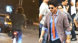 What is Shah Rukh Khan doing with Imtiaz Ali in the middle of the road post mid night? (see picture)