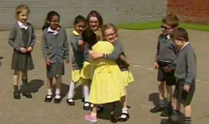 Little girl proudly shows her new pink prosthetic leg to school friends, receives a hug and heartwarming reactions (Watch video)
