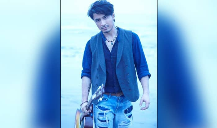 Ali Zafar gives befitting reply to people trolling Pakistanis for their poor English (Watch Video)