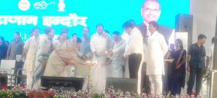 भारी बारिश और पंडाल ढहने से पहले की फोटो में कार्यक्रम के दौरान दीप प्रज्वलित करते हुए सुमित्रा महाजन, वेंकैया नायडु औ शिवराज सिंह चौहान