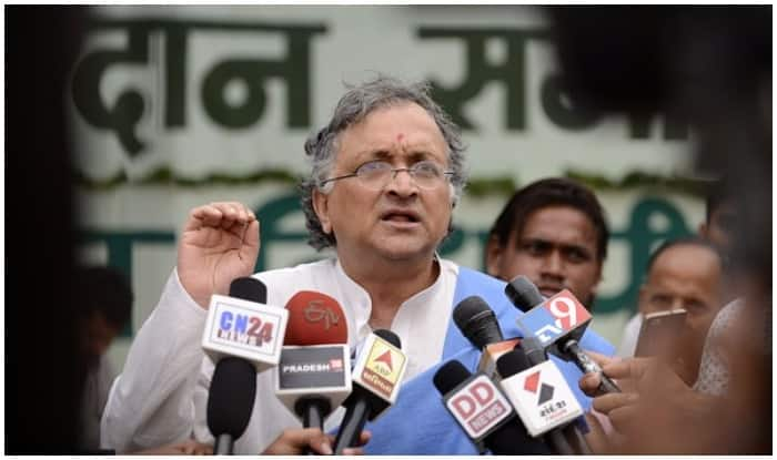 Historian Ramachandra Guha Gets Threatening Calls For Posting Picture of Himself Eating Beef; Deletes Tweet