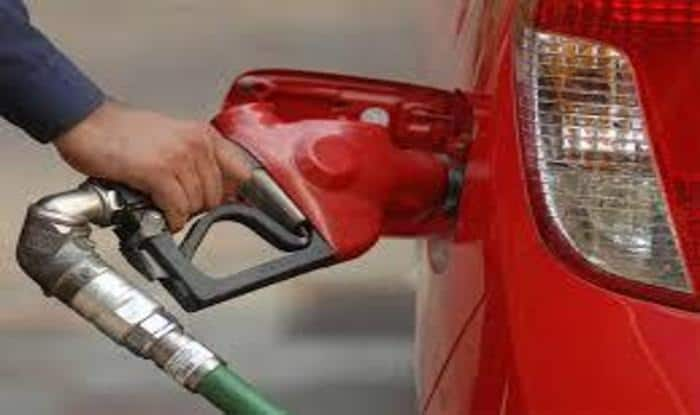 Petrol Price At All-Time High Across States, to Cost Rs 76.57 Per Litre in Delhi, Rs 84.40 in Mumbai; Petroleum Minister Hints at Cutting Excise Duty