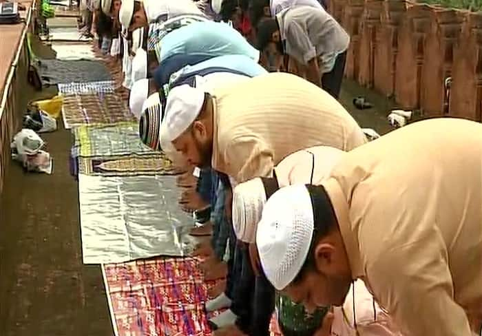 Muslim Couple Moves Supreme Court to Let Women Offer Namaz Inside Mosques
