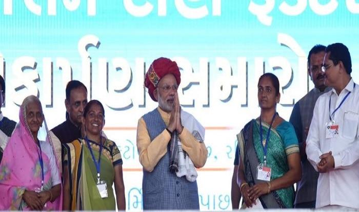 Narendra Modi in Gujarat: PM Departs For Delhi After 12-km Long Roadshow in Vadodara, Defends Demonetisation, GST
