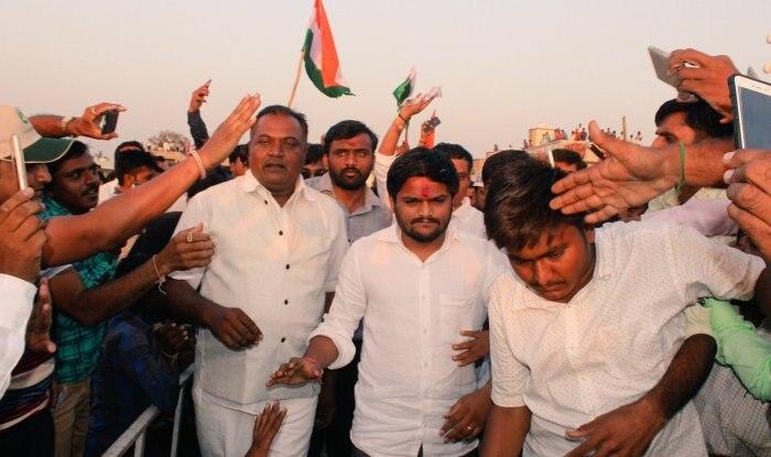 Hardik patel holds road show in Ahmedabad without permission | हार्दिक पटेल ने प्रशासन से इजाजत नहीं मिलने के बाद भी किया, रोडशो