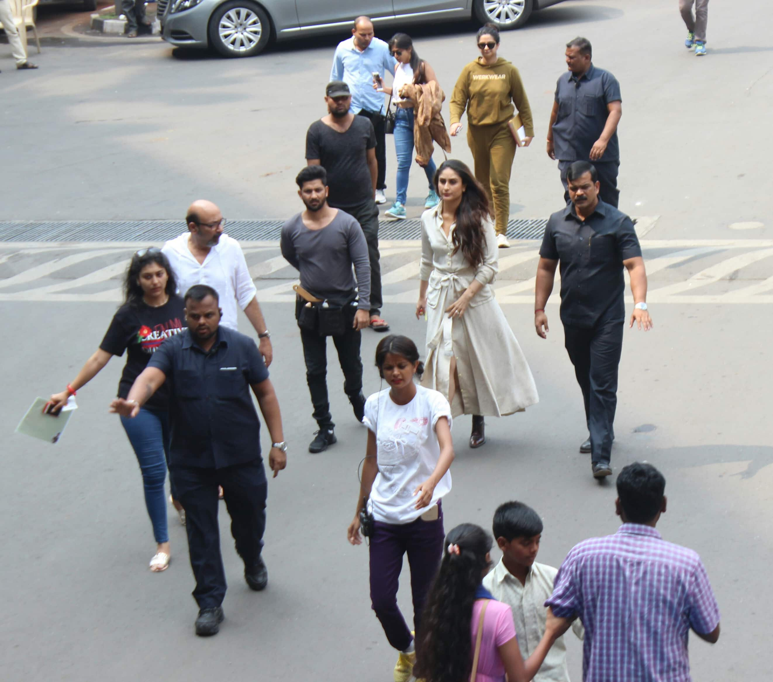 kareena kapoor,reha kapoor spotted at airport shotting for their next on 22 10 2017.pics yogen shah.  (4)