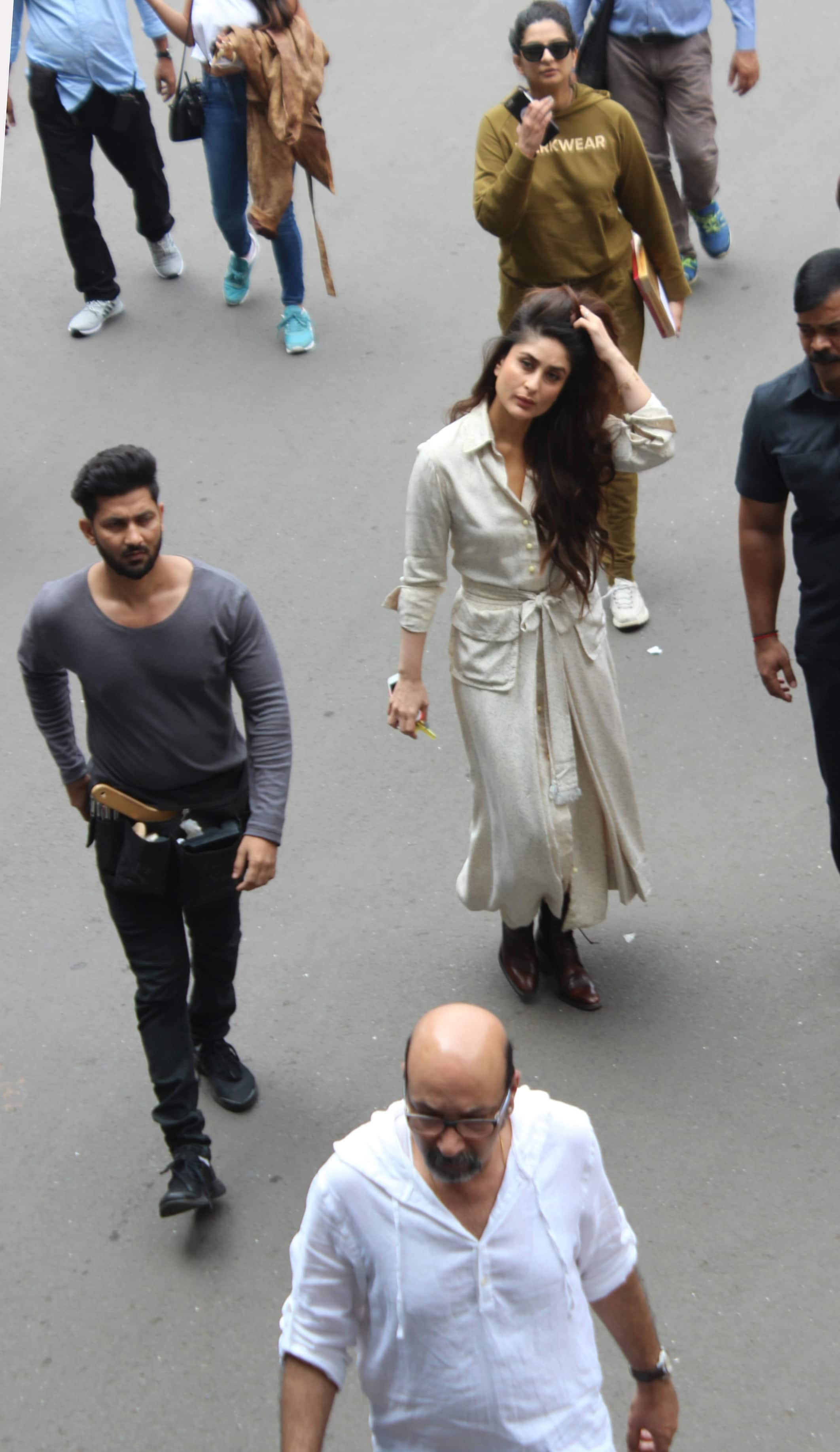 kareena kapoor,reha kapoor spotted at airport shotting for their next on 22 10 2017.pics yogen shah.  (6)