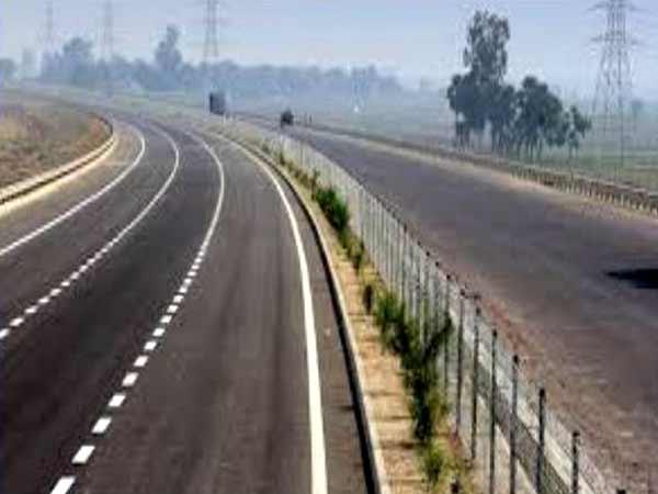UP: 4 Killed, 11 Injured After Speeding Truck Hits Tourist Bus in Yamuna Expressway