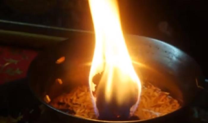 ONGC to hunt for gas in Himachal's Kangra valley   इस मंदिर बिना तेल गैस 55 साल से जल रही आग, रहस्य खोजने पहुंची ओएनजीसी