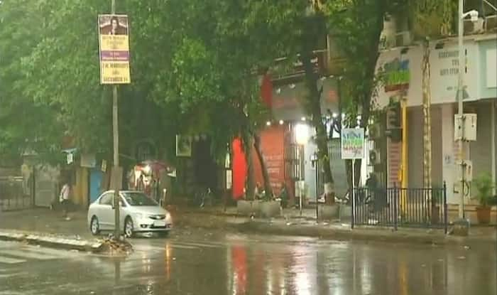 Rains in Mumbai as Cyclone Ockhi moves northwards (ANI)