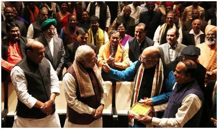 Prime Minister Narendra Modi welcomed at the BJP parliamentary party meeting at Parliament library | बीजेपी संसदीय दल की बैठक में मोदी-शाह का स्वागत, चुपचाप खड़े रहे आडवाणी