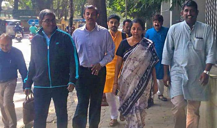 Nirmala Sitharaman Walks Bengaluru Streets to Have Lunch at Udipi Restaurant, Twitterati Hails Defence Minister's Simplicity