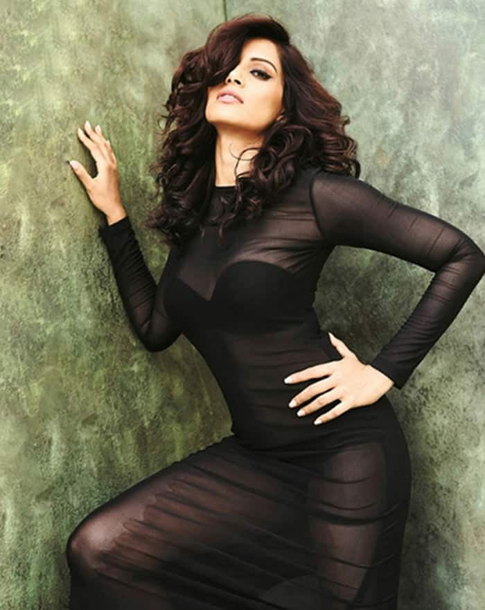 bipasha-basu-in-super-sexy-black-attire-201610-1514376678