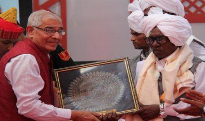 गुजरात के राज्यपाल भी डांग दरबार में आ चुके हैं. (फोटो साभारः राजभवन.गुजरात.गॉव.इन)