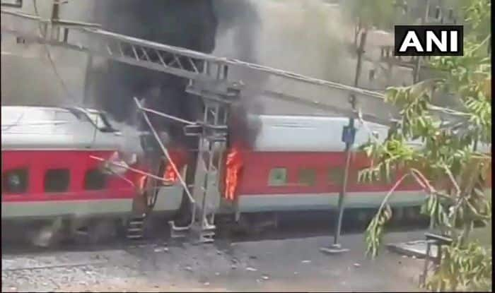 Andhra Pradesh AC Superfast Express Catches Fire Near Birlanagar Station in Gwalior, No Casualties Reported so Far