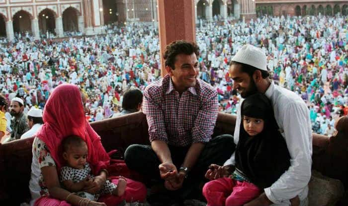 Vikas Khanna Reunites With Muslim Family After 26 Years Who Gave Him Shelter During Mumbai Riots
