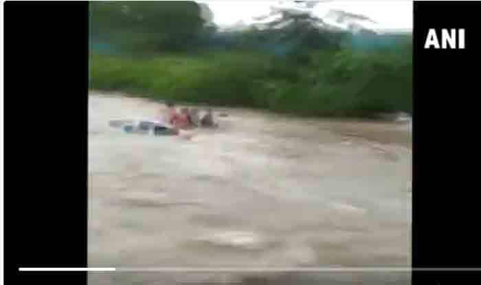 Rains Pose Threat of Floods, DM in Bihar's E Champaran Carries Sand Sacks on Back to Bolster Embankments