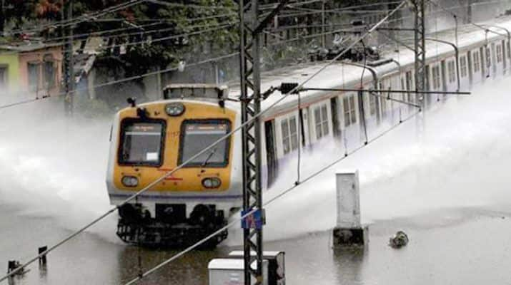Mumbai Rains: Over 2,000 Stranded Passengers Rescued by NDRF, Trains And Flights Cancelled; 2 Killed in Palghar