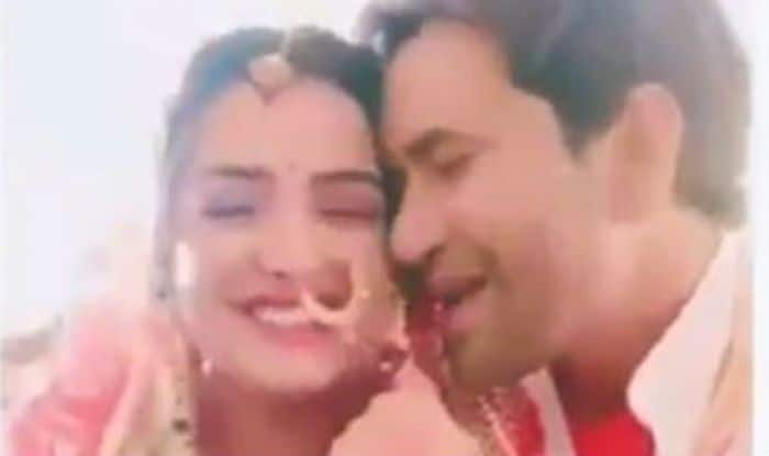 Bhojpuri Hottest Rumoured Couple Amrapali Dubey And Dinesh Lal Yadav's Romance in This Video is The Cutest Thing on The Internet Today; Watch