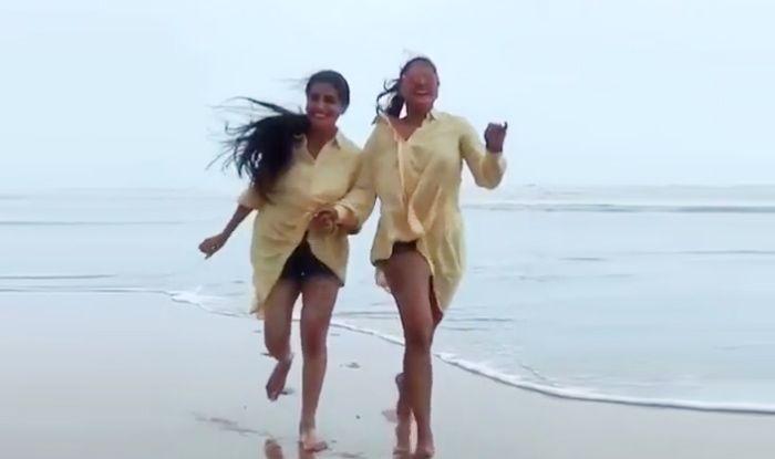 Bhojpuri Hotties Anjana Singh And Akshara Singh Look Sexy While Running And Twinning on The Beach; Watch Video