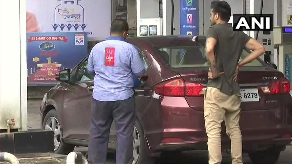 Diesel, Petrol Price Today: Petrol Priced at Rs 81.28, Diesel at Rs 73.30 Per Litre in Delhi; Locals Question 'Kab Aaenge Acche Din?'