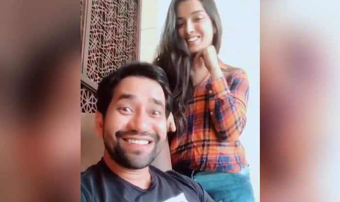 Bhojpuri Bombshell Amrapali Dubey Croons Betauwa Tohar Gor Hoi Ho For Dinesh Lal Yadav And He Just Can't Stop Blushing – Watch Video