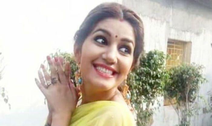 Haryanvi Hot Dancer Sapna Choudhary Flaunts Her Sexy Thumkas on 'Bijuriya' During Family Function – Watch Video