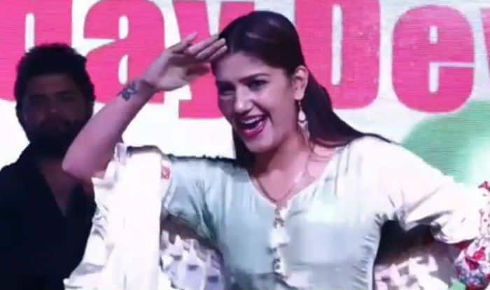 Haryanvi Dancer Sapna Choudhary Flaunts Her Hot Moves on Teri Aankhya Ka Yo Kajal During Stage Performance in Delhi, Watch