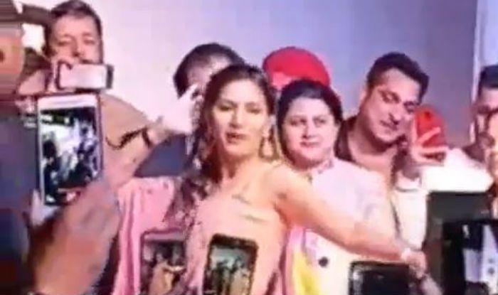 Haryanvi Hottie Sapna Choudhary Once Again Flaunts Her Sexy Thumkas on Teri Aakhya Ka Yo Kajal in Dehradun – Watch Video