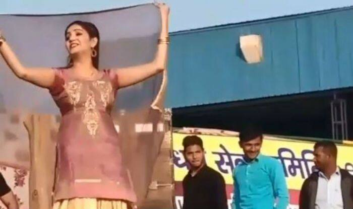 Haryanvi Hottie Sapna Choudhary Flaunts Her Sexy Thumkas in Desi Avatar on Mera Chand 2 During Stage Show – Watch Video