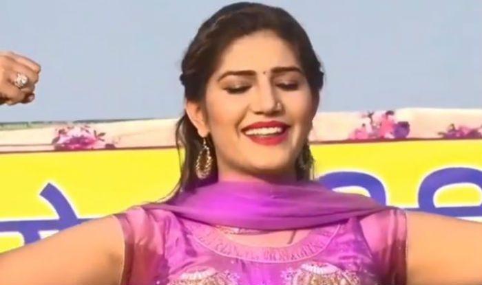 Haryanvi Sizzler Sapna Choudhary's Hot Thumkas on Main Dharmendra Re Gori Hema Malini Ban Jaiye Sets Haryana Stage on Fire, Watch