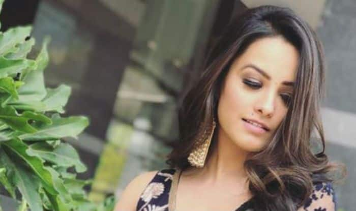 Television Hotness Anita Hassanandani Looks Hot in See-through Royal Blue Saree as She Poses Sensuously on The Sets of Naagin 3