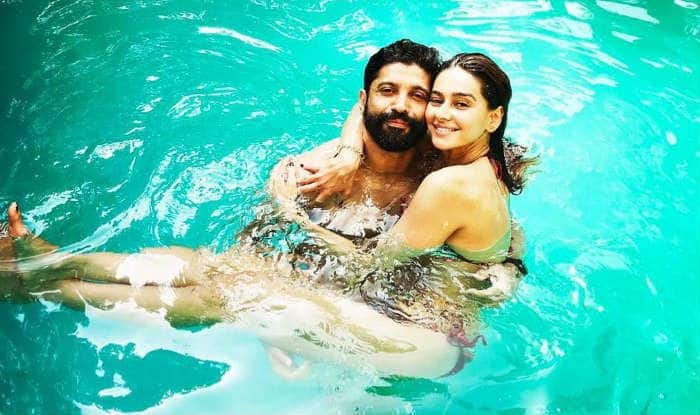 Farhan Akhtar Holds Shibani Dandekar in Pool And Says 'Love you Loads'; Here's Their Latest Instagram Picture