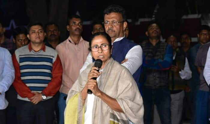 CBI-Kolkata Police Standoff: Mamata Banerjee Says Dharna to Continue Till Friday, SC to Hear CBI's Plea on Tuesday