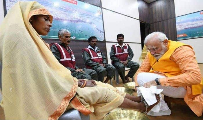In Unexpected Move, PM Narendra Modi Washes Feet of 'Safai Karamcharis' at Kumbh, Twitter Erupts in Praise | Watch Video