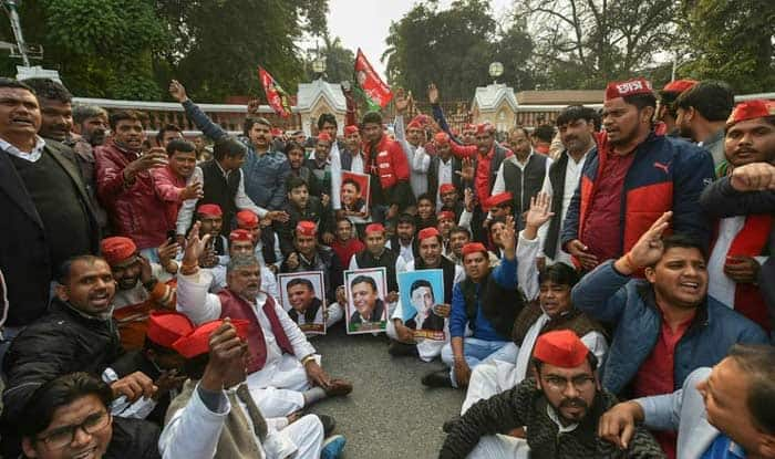 Akhilesh Yadav 'Stopped' at Lucknow Airport; SP Workers go on Rampage, Oppn Slams 'Anti-Democractic' BJP