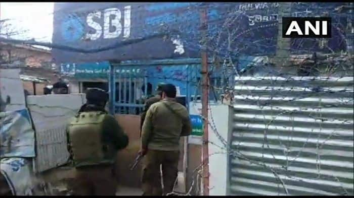 J&K: CRPF Jawan Injured After Terrorists Throw Grenade at Bunker in Pulwama
