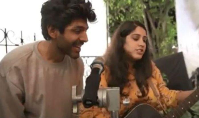 Kartik Aaryan Sings 'Tera Yaar Hoon Mein' Song From Sonu Ki Titu Ki Sweety With a Fan in an Adorable Video, Watch