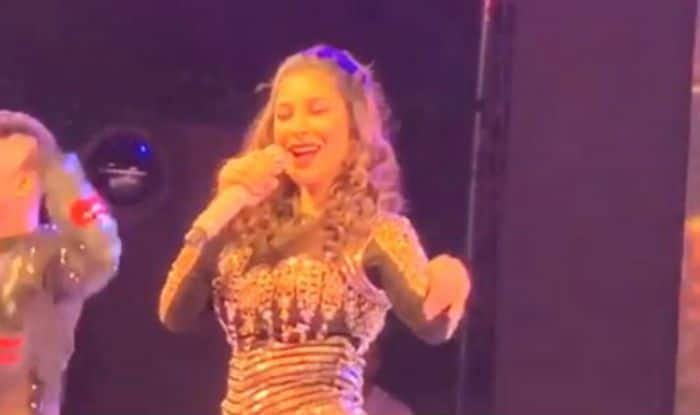 Sophie Choudry Sings And Dances to 'Mera Babu Chail Chabila' During a Stage Show, Watch Video