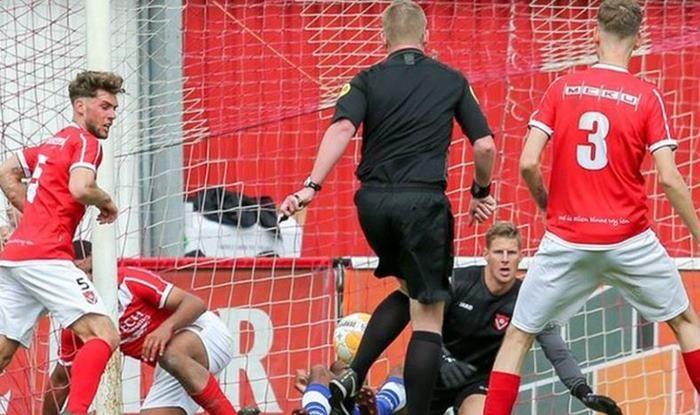 Harkemase Boys vs HSV Hoek, Dutch Referee scores goal, Referee scores GOAL, Netherlands Amateur League, Derde Divisie, Football News, Maurice Paarhuis, FIFA