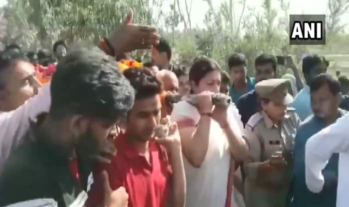 Smriti Irani Lends Shoulder to Mortal Remains of Key Aide Surendra Singh, Who Was Shot Dead in Amethi
